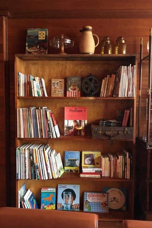 店内の本棚。つい目が止まってしまう。
