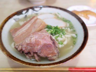 那覇「大東そば」のお得セット(800円)には、そばと大東寿司がついてくる。