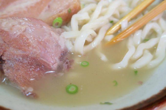 「大東そば」のスープは白濁系。見た目よりも濃くない味。