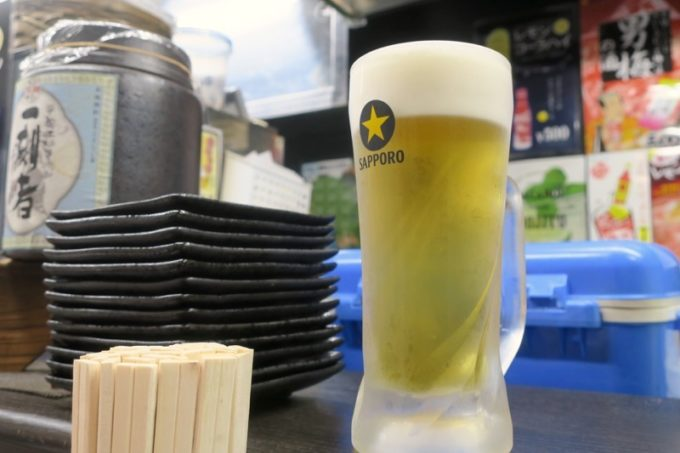 横浜・野毛「立ち呑み処 ふくふく」のビールはサッポロ黒ラベル(380円)。