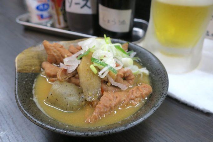 横浜・野毛「立ち呑み処 ふくふく」のもつ煮込み(300円)