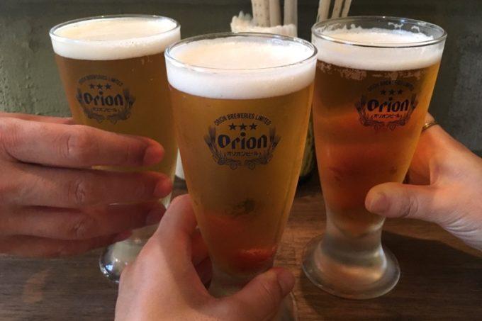 那覇・久米「月琴の小さな餃子屋さん」のビール・オリオンドラフト(400円)で乾杯。