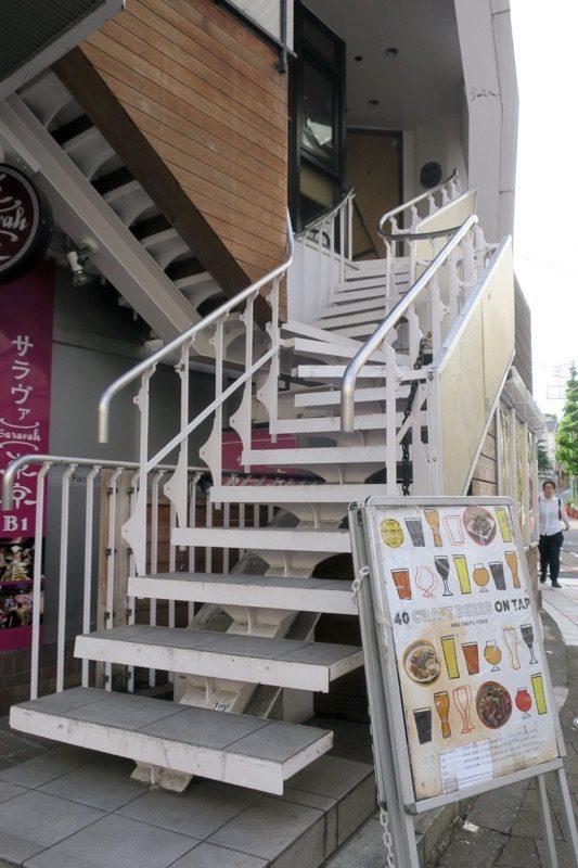 この階段を登って2階へ向かえば、お店に到着。