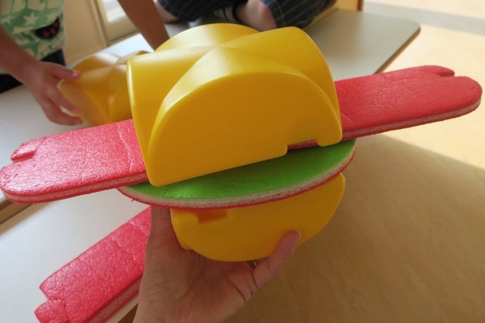 おままごとコーナーもある。4〜5歳のこどもにハンバーガーを作ってもらった。