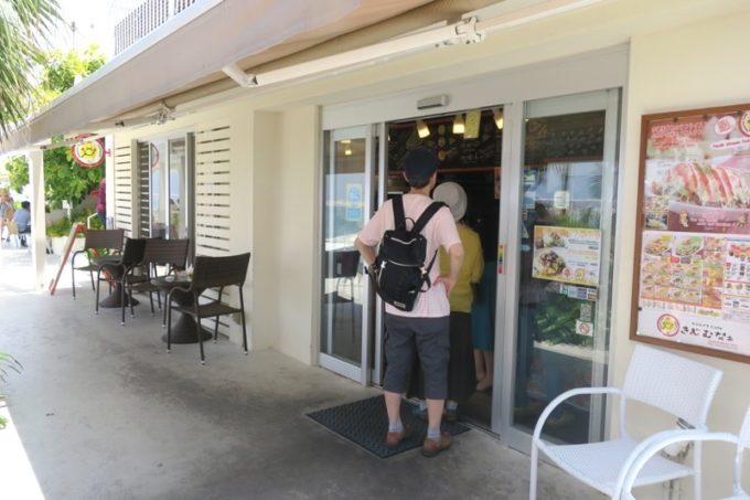 瀬長島・ウミカジテラスにある「タコライスカフェきじむなぁ」の入り口