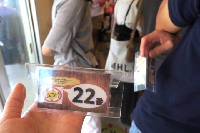 瀬長島・ウミカジテラスにある「タコライスカフェきじむなぁ」では番号札をもらう。