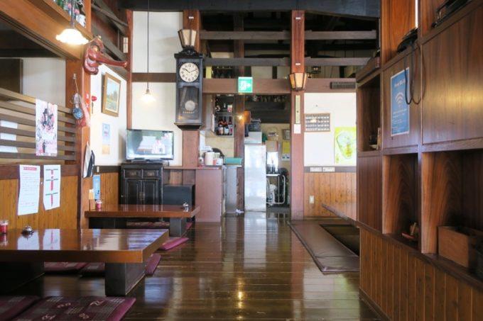 南風原「古民家食堂(こみやしょくどう)」の店内。