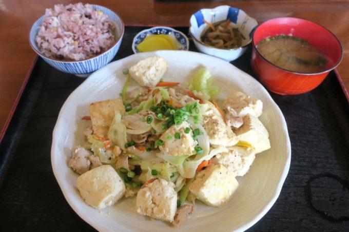 南風原「古民家食堂(こみやしょくどう)」で食べた豆腐ちゃんぷるー定食(750円)