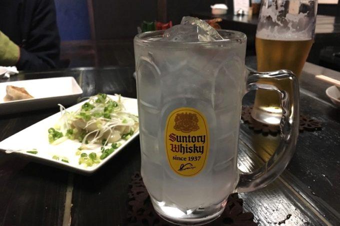 那覇・久米「功夫餃子」せんべろドリンクのレモンサワー。