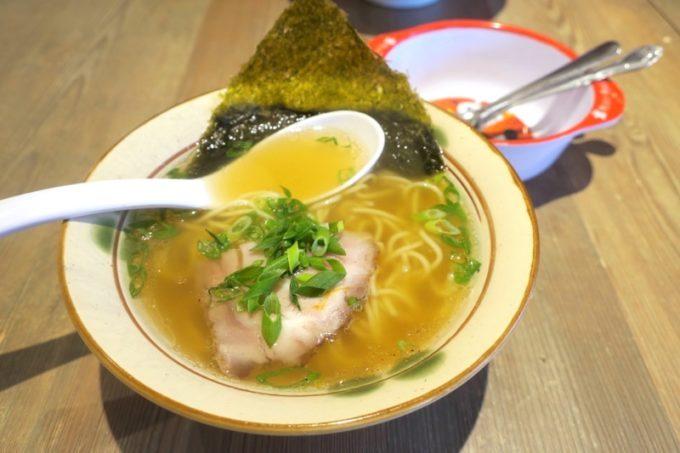 宜野湾「麺恋まうろあ」のお子様ラーメン(200円)は、煮干し醤油の半ラーメン。