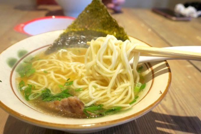 細ストレート麺があっさり醤油スープとベストマッチ。