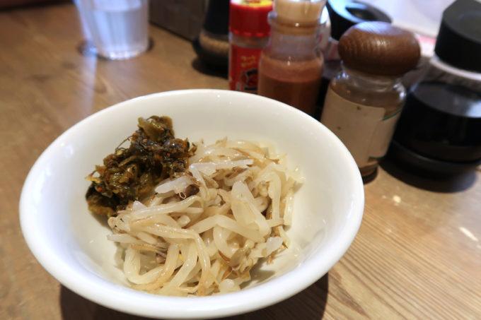 宜野湾「麺恋まうろあ」セルフコーナーのもやしと高菜がウマい。