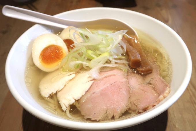 宜野湾「麺恋まうろあ」特製中華そば(塩、930円)