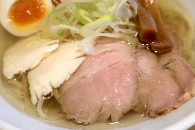 宜野湾「麺恋まうろあ」特製中華そば(塩、930円)のチャーシューは鶏と豚の2種類。