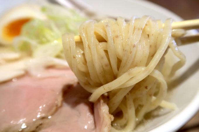 宜野湾「麺恋まうろあ」特製中華そば(塩、930円)の麺はつるつるとした全粒粉。