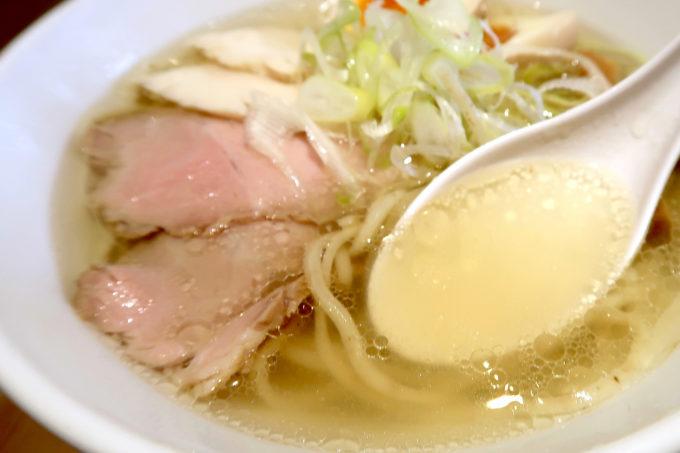 宜野湾「麺恋まうろあ」特製中華そば(塩、930円)のスープはすっきりの鶏出汁がウマい。