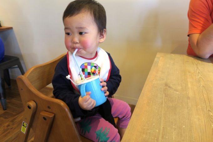 「麺恋まうろあ」では、こども用のイスやカップをも貸し出してくれました。