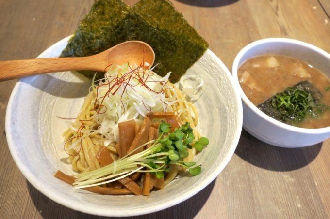 宜野湾「麺恋まうろあ」の梅つけ麺(900円)。