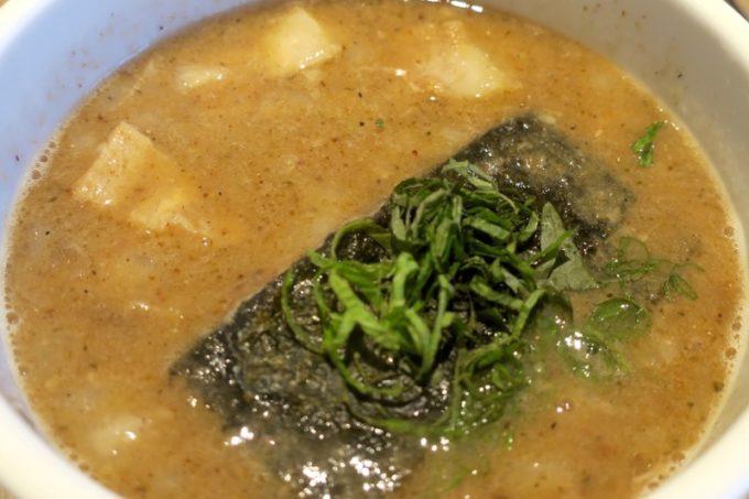 梅つけ麺のスープ。見るからに重そうな感じ。