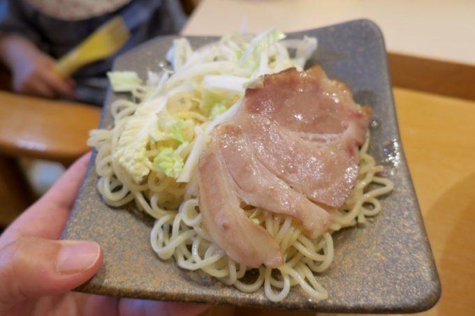 「めで鯛」の替え玉(+100円)。麺だけじゃなく、豚チャーシュー1枚と野菜まで!