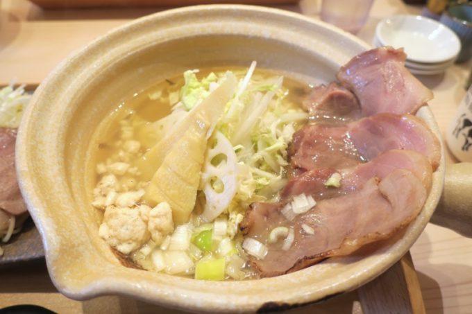 「めで鯛」の鯛骨出汁淡麗潮らーめん(750円)に豚チャーシュートッピング(3枚、+150円)
