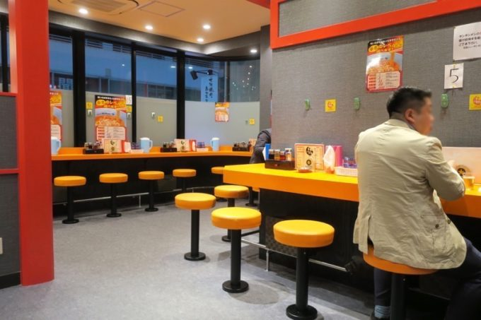 「元祖ニュータンタン酒場 川崎東口店」店内は結構広いのです。