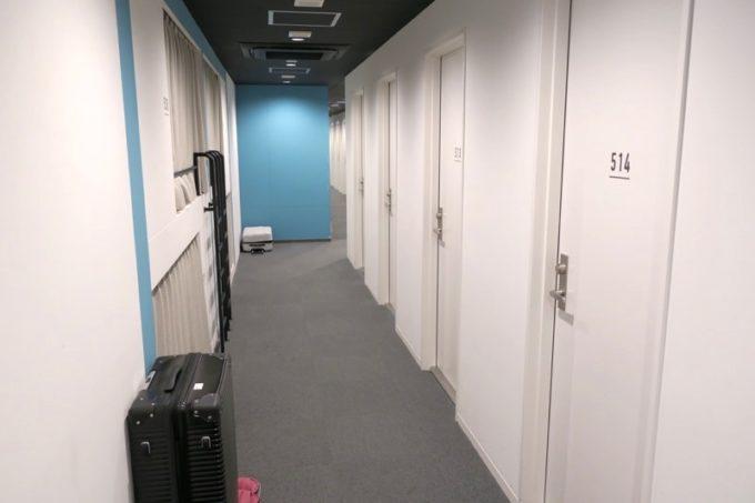 川崎のホテル&ホステル「オンザマークス(ON THE MARKS)」の客間側の廊下。