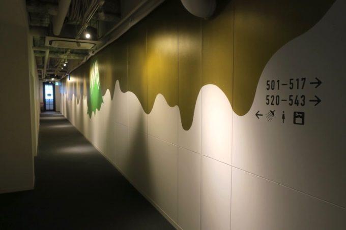 川崎のホテル&ホステル「オンザマークス(ON THE MARKS)」の廊下。