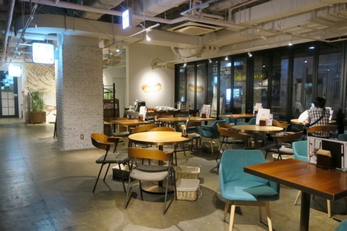 川崎のホテル&ホステル「オンザマークス(ON THE MARKS)」のカフェダイニング。