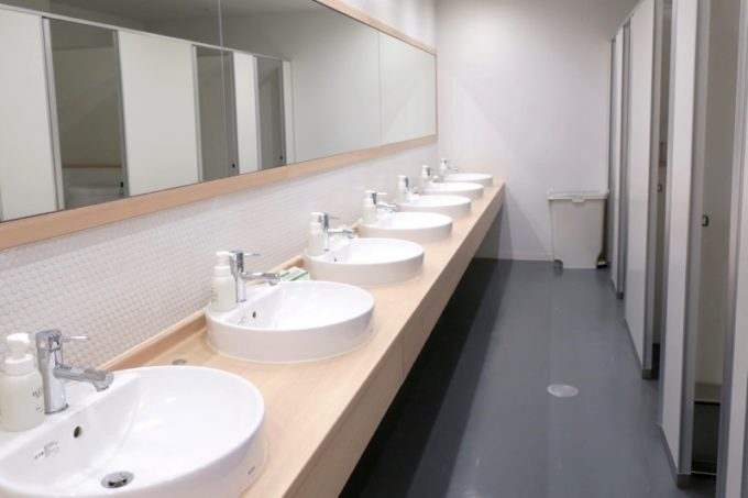 川崎のホテル&ホステル「オンザマークス(ON THE MARKS)」の共用施設(トイレと洗面台)