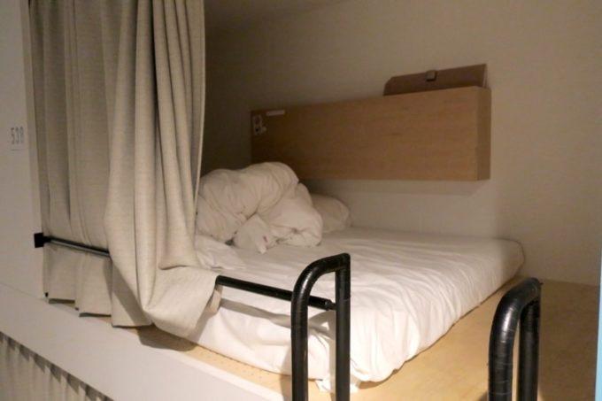 川崎のホテル&ホステル「オンザマークス(ON THE MARKS)」のバンクベッドをのぞいて見た。