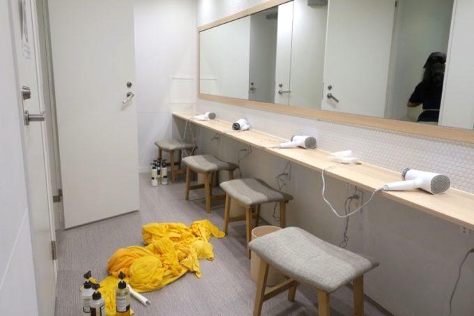 川崎のホテル&ホステル「オンザマークス(ON THE MARKS)」の共用施設(メイクルーム)
