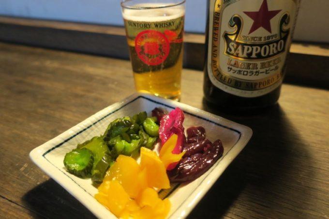 函館・大門「屋台ライダーキック」のおつまみは簡単なものが多い。おしんこ盛り合わせ(価格不明)。