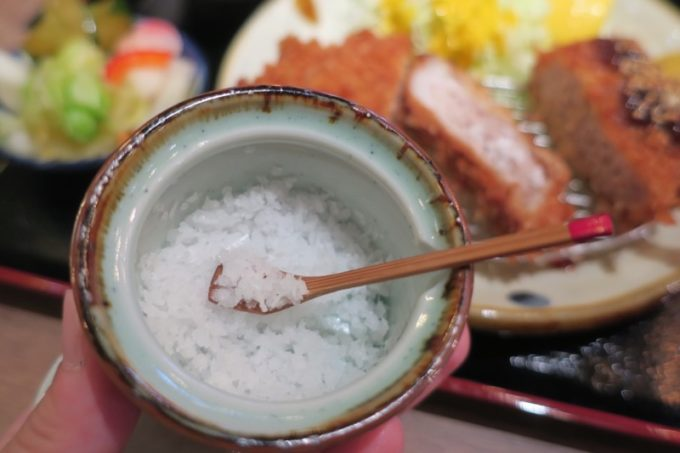 那覇・久茂地「沖縄とんかつ食堂しまぶた屋」では久米島深層水の塩でとんかつを食べる。