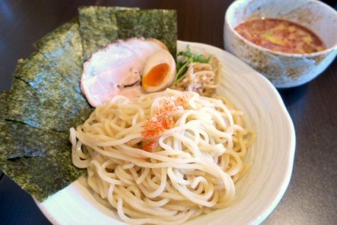 読谷村「麺屋シロサキ」の辛つけめん(800円)にのりトッピング(+100円)。