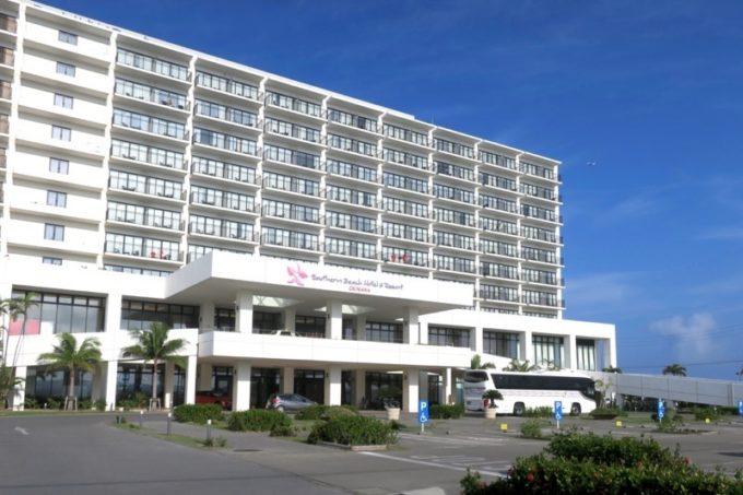 糸満にある「サザンビーチホテル&リゾート沖縄」の外観。
