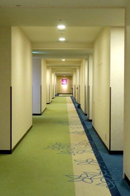 糸満「サザンビーチホテル&リゾート沖縄」9階の廊下。
