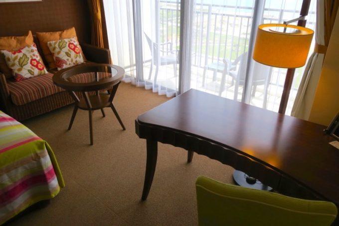 プレミアムクラブ・オーシャン・グランデには、ベッドサイドのテーブルやソファ、ライティングデスクがある。