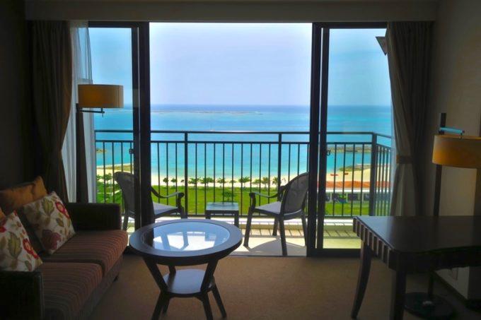 糸満「サザンビーチホテル&リゾート沖縄」9階のプレミアムクラブ・オーシャン・グランデからの眺め。