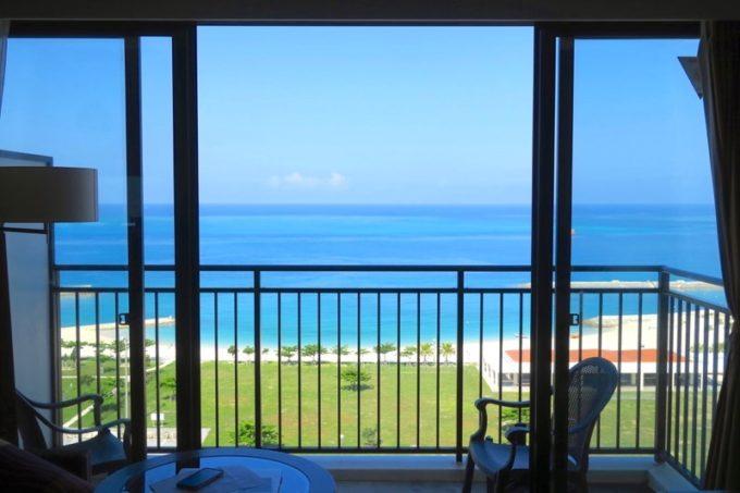 糸満「サザンビーチホテル&リゾート沖縄」9階のプレミアムクラブ・オーシャン・グランデから、美々ビーチを眺める。