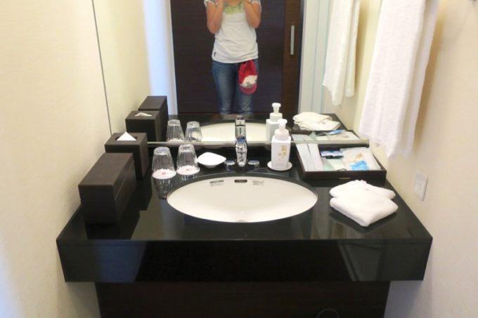 糸満「サザンビーチホテル&リゾート沖縄」9階のプレミアムクラブ・オーシャン・グランデの洗面台。