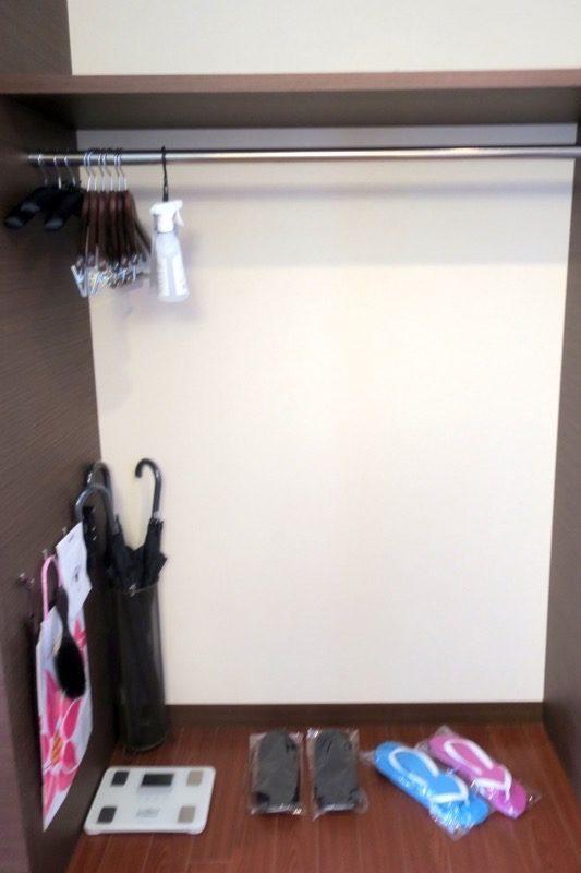 糸満「サザンビーチホテル&リゾート沖縄」9階のプレミアムクラブ・オーシャン・グランデの客室設備(クローゼット内とビーチサンダル、傘など)