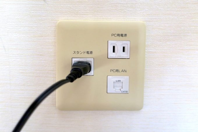 糸満「サザンビーチホテル&リゾート沖縄」9階のプレミアムクラブ・オーシャン・グランデの客室設備(電源・コンセント)