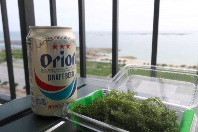 糸満「サザンビーチホテル&リゾート沖縄」9階のプレミアムクラブ・オーシャン・グランデのベランダでビール&うみぶどう。