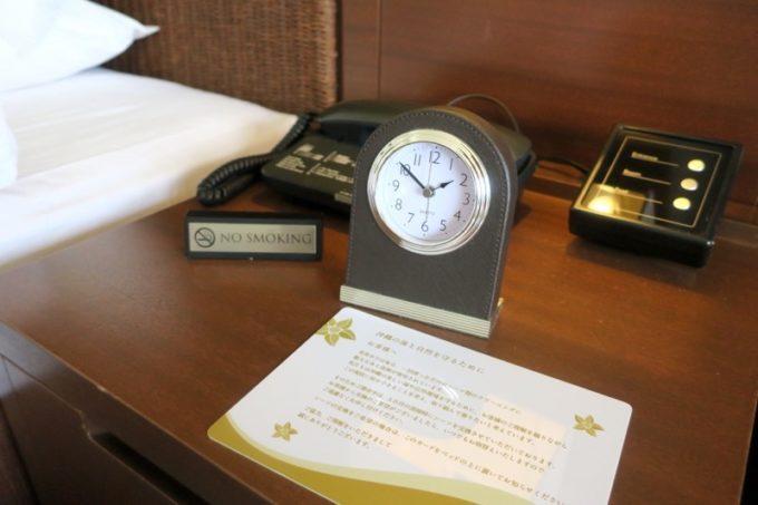 糸満「サザンビーチホテル&リゾート沖縄」9階のプレミアムクラブ・オーシャン・グランデの客室設備(枕元の時計や照明など)