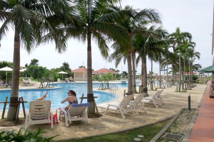糸満「サザンビーチホテル&リゾート沖縄」のガーデンプール(ビーチサイドのヤシの木とともに)