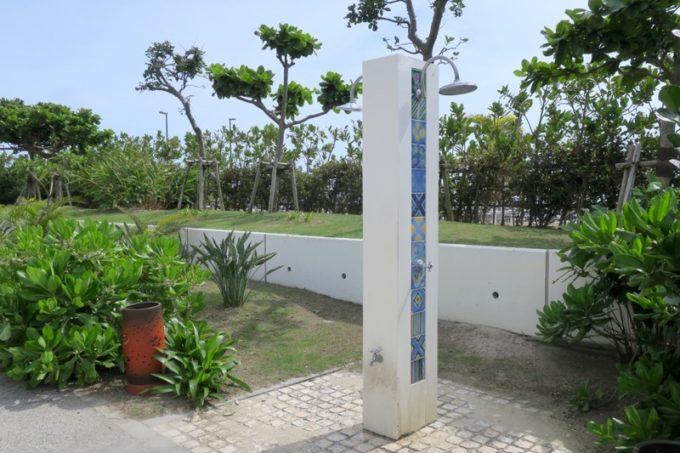 糸満「サザンビーチホテル&リゾート沖縄」プールサイドにはシャワーも完備。