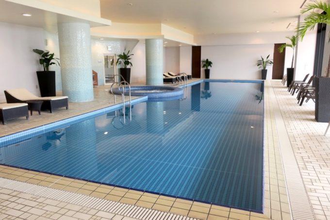 糸満「サザンビーチホテル&リゾート沖縄」の屋内プール。