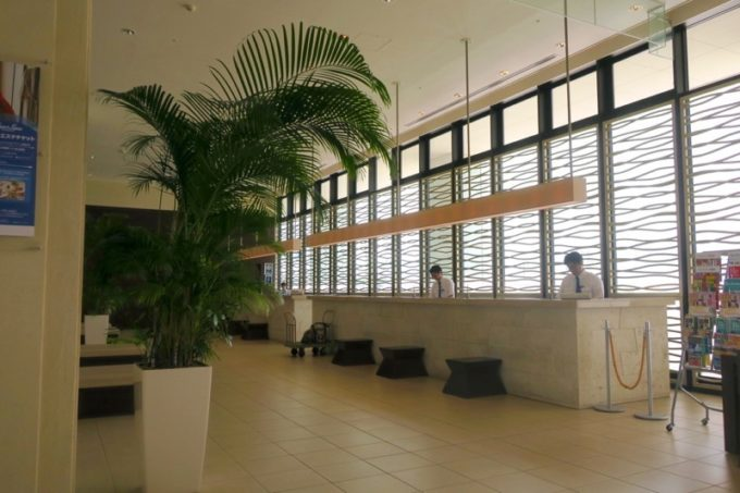 糸満「サザンビーチホテル&リゾート沖縄」のフロント。