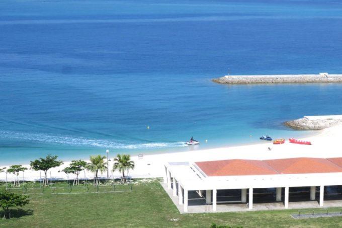 美々ビーチでは、マリンアクティビティも楽しめる。